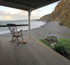 Cottage: The Beach Hut in North Cornwall, UK - Home Bunch - An Interior Design & Luxury Homes Blog