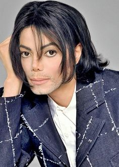 HE LOOKS FRICKIN HOT WITH A BEARD DON'T DENY IT SHAE!!!!!!