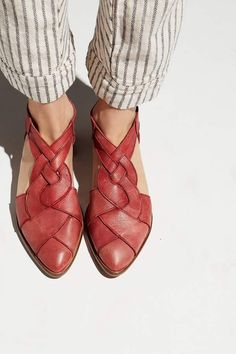 Wanderlust Flat - o u t f i t - Zapatos Ideas Cute Shoes, Me Too Shoes, Trendy Shoes, Casual Shoes, Daily Shoes, Slingback Chanel, Shoe Boots, Shoes Sandals, Sandals 2018