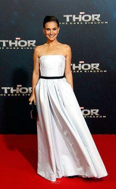 NATALIE PORTMAN  Para presentar su más reciente filme, Thor: The Dark World, en Berlín, la actriz lució un vestido Dior blanco de corte prin...