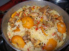 INGREDIENTES 1 frango grande picado e temperado a gosto Cenoura em cubinhos 1 pimentão picado Salsa Cebola Milho verde Coentro 8 dentes de alho 100 g de polpa de pequi picado 2 colheres de oléo de pequi 1 kg de arroz