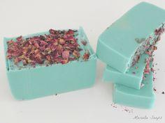 Jabón de glicerina, violetas y pétalos de rosas.