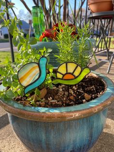 Stained Glass Flowers, Stained Glass Art, Mosaic Glass, Stained Glass Projects, Stained Glass Patterns, Stained Glass Designs, Snails In Garden, Garden Snail, Glass Planter