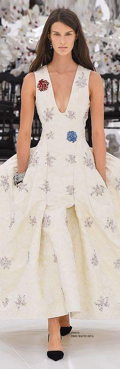 Dior Autumn-Winter 2014-2015 Haute Couture Collection- ♔(Of, çok güzel! Ben olsam altına siyah değil lacivert ya da kırmızı ayakkabı giyerdim ama elbiseye zerre sözüm yok, nefis bir tasarım)