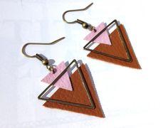 Découvrez Boucles d'oreille géométrique triangles bronze, triangles rose et marron en cuir sur alittleMarket