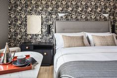 The interior design style of the San Francisco Proper hotel guestrooms features a mix of vintage and contemporary furnishings, custom patterened wallcoverings inspired by vintage European graphics, and commissioned geometric art pieces by local artists Joe Ferriso and Jonathan Anzalone. Tap the pin for more hotel room design ideas. Kelly Wearstler, Boutique Hotels San Francisco, Malibu Beach House, Hotel Room Design, Best Boutique Hotels, Hospitality Design, Elle Decor, Minimalist Design, Guest Room