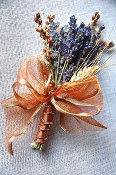 I am sure you have seen copper wedding decor ideas coming up lately all the time. I personally love this trend! It adds warmth to the wedding decor style a