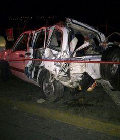 Un choque sobre la avenida López Mateos a las afueras de un restaurante de comida. Una camioneta Avalanch se impactó contra una camioneta Suzuki y un auto Jetta. Reportero Ciudadano. Mauricio