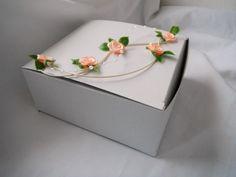 Krabička na výslužku- liána Jednodílná svatební krabička na malé koláčky nebo výslužku , vyrobená ze skládačkové lepenky s potravinářským atestem. Zdobená ratanem , látkovými růžičkami a perličkami. Rozměry: 12 x 13 x 5,5 cm Caa na 8-10 malých 5cm koláčků(viz.poslední foto)