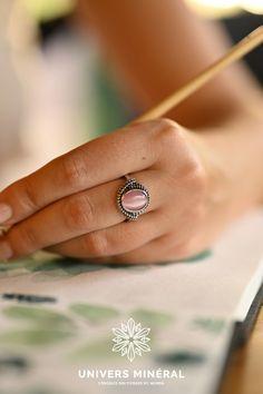 Cette bague est constituée d'une pierre de Quartz rose naturel de Madagascar taillée en cabochon sertie d'un anneau d'argent 925. Quartz Rose, Madagascar, Class Ring, Rings, Jewelry, Stone, Jewlery, Jewerly, Ring