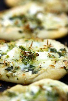 Mini-pizzas à l'ail des ours, à la Mozzarella et au crottin de Chavignol - Cuisine Campagne