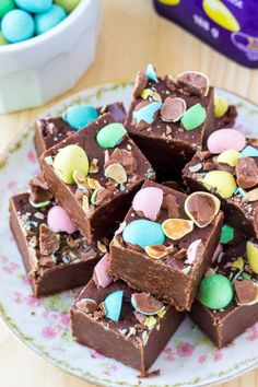 Creamy, smooth Easter Chocolate Fudge that's super easy to make & so pretty. You'll love that this recipe using marshmallow cream only takes 10 minutes! Easter Cookie Recipes, Easter Cookies, Mini Eggs Recipes, Easter Baking Ideas, Dessert Simple, Slow Cooker Desserts, Easter Candy, Easter Treats, Easter Food