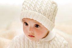 Wir zeigen Ihnen, wie eine süße Babymütze mit Zopfmuster selber stricken können. Plus: Strickschrift zum Download. © Schachenmayr