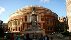 Royal Albert Hall - Londres/UK  . Rock Londres Música Pubs! Tudo isso a cidade oferece as montes mas esse aí pra mim é um símbolo.  O Royal Albert Hall recebe apresentações de grandes artistas e você pode ir em algum deles. Além disso há visitas guiadas também. Ah! Dê a volta toda do outro lado está uma das entradas o bonito Hyde Park  .  Confira na galeria todas as dicas de Londres e o post no blog {Link na Bio! .  Recomendo o IG @vaambora! . #aosviajantes #blogdeviagem #londres…