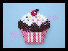 Magnet Cupcake rose et marron avec cerise rouge