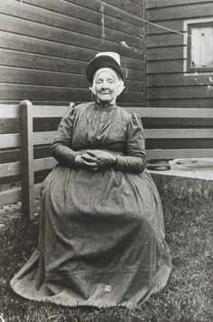 Vrouw in streekdracht uit Westzaan. Ze draagt een 'hul' (muts), met daarover een 'hullehoedje'. ca 1910 #NoordHolland #Zaanstreek #hul