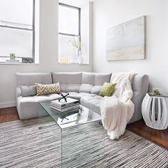 Un salon épuré et fonctionnel. Un choix de meubles aux lignes pures et simples, des couleurs apaisantes rendent ce condo agréable à vivre.