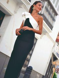 Vestido Largo Luna Bicolor, la mejor opción para tu evento, nunca pasará de moda con un volante al rededor del escote y otro en la sisa. Fabricado y diseñado por la casa de Mariquita Trasquilá. Serás la invitada perfecta by Mariquita Trasquilá. Fancy Wedding Dresses, Wedding Attire, Elegant Dresses, Nice Dresses, Gala Dresses, Elegant Bride, Formal Looks, Dress To Impress, Evening Dresses