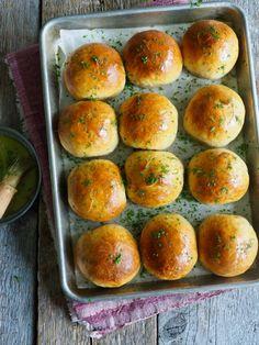Myke rundstykker med hvitløk og parmesan Parmesan, Hamburger, Brunch, Yummy Food, Baking, Fiber, Delicious Food, Bakken, Hamburgers