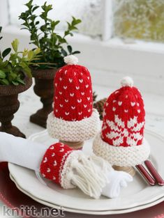"DROPS Extra - DROPS egg warmers and serviette ring with Christmas pattern in ""Karisma"". - Free pattern by DROPS Design Christmas Knitting Patterns, Knitting Patterns Free, Free Knitting, Free Pattern, Crochet Patterns, Finger Knitting, Scarf Patterns, Drops Design, Christmas Crafts"