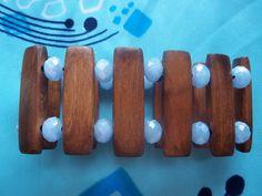 Pulseira em madeira tratada contas de cristal nudes.
