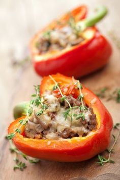 Stuffed Green Peppers recipe: Peppers stuffed with ground chuck and diced tomatoes (and topped with cheese!) is the perfect winter dinner for you and your family. Low Carb Recipes, Cooking Recipes, Healthy Recipes, Law Carb, Stuffed Green Peppers, Red Peppers, Italian Recipes, Food Inspiration, Love Food