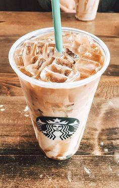 "NudesFoods on Twitter: ""… "" Copo Starbucks, Starbucks Hacks, Bebidas Do Starbucks, Aesthetic Coffee, Aesthetic Food, Yummy Drinks, Yummy Food, Comida Disney, Iced Coffee"