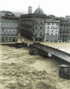 Flood of Florence, November Terrible devastation and destruction. Many works of art including the Cross of Cimabue were badly damaged, many permanently destroyed. Bologna, Tsunami, Firenze Italy, Vintage Italy, Visit Italy, Arno, Natural Disasters, Monuments, Tuscany