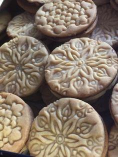 Eddig ez a legjobb keksz recept, amit kipróbáltam, ez tényleg elképesztően jó lett. Hozzávalók 32 dkg liszt 10 dkg porcukor 14 dkg vaj 8 dkg méz 2 db tojás sárgája 2 teáskanál vanília kivonat 1 teáskanál fahéj fél teáskanál őrölt … Egy kattintás ide a folytatáshoz.... → Biscuit Cookies, Cake Cookies, Fun Desserts, Dessert Recipes, Hungarian Desserts, Cranberry Cookies, Gourmet Gifts, Baking And Pastry, Winter Food