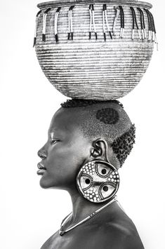 Black And White Photography Portraits, Black And White Portraits, African Wall Art, Mursi Tribe, Hand Embroidery Art, Art Africain, Professional Portrait, Goddess Art, African Tribes