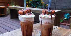 In principe is het niet veel anders dan een ijskoffie met daarin een donut, but still: het is wel een dónut in een ijskoffie! De donutccino komt in verschillende varianten en bestaat doorgaans uit een heerlijke ijskoffie met slagroom, regenboog sprinkles, donuts met verschillende smaken en eventueel saus of glazuur over de donut. Door de […]