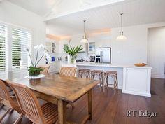 Strandhus og spisestue - her flyver duerne rundt! white beach house kitchen + dining space