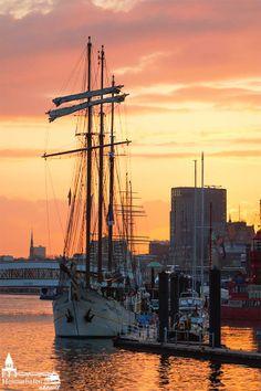 IMMER wenn in Hamburg die Sonne untergeht, dann geht uns Hamburgern erst recht das Herz auf! Sailing Courses, Snow Light, Budapest, Central And Eastern Europe, Hamburg Germany, European Vacation, Most Beautiful Cities, Tall Ships, Germany Travel