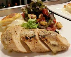 Medallones de pollo terminados al vacio con salsa de mostaza a la antigua / timbal de papa cremoso gratinado / ensalada mediterranea con reduccion de vino tinto y balsamico