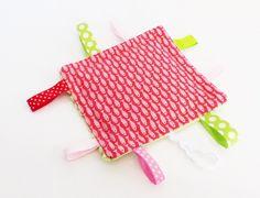 Doudou étiquettes carré tissu oeko-tex POISSONS rouges, rose et dos minky vert amande : Jeux, peluches, doudous par zig-et-zag