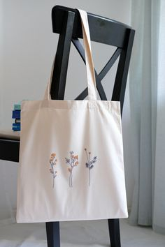 Embroidery Bags, Hand Embroidery Art, Embroidery On Clothes, Simple Embroidery, Embroidery Patterns, Tod Bag, Broderie Simple, Diy Tote Bag, Reusable Tote Bags