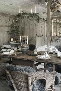 Rustic Christmas style is a very cozy one, it's inspiring and inviting. Lets see how you could decorate your Christmas table in this style. Log Cabin Christmas, Rustic Christmas, Winter Christmas, Vintage Christmas, Decoration Shabby, Shabby Chic Decor, Deco Table Noel, Christmas Table Settings, Christmas Decorations