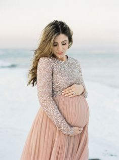 What to Wear for a Winter Maternity Shoot – Lauren McBride Mutterschaft Kinder zu … Winter Maternity Pictures, Winter Maternity Outfits, Maternity Dresses For Baby Shower, Maternity Gowns, Stylish Maternity, Maternity Clothing, Winter Maternity Photography, Summer Maternity, Winter Pregnancy Photos