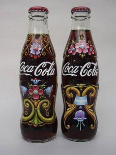 Filete argentino na Coca-Cola (Alfredo Genovese) Coca Cola Cooler, World Of Coca Cola, Coca Cola Bottles, Vintage Coke, Cool Packaging, Altered Bottles, Bottle Painting, Pepsi, Bottle Design