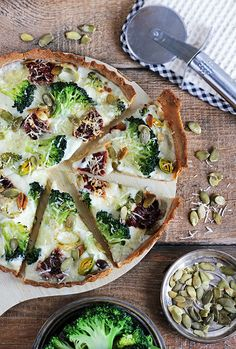 Crispy broccoli tart with bechamel sauce sundried tomatoes and parmesan cheese (in polish with translator). Entree Recipes, Veggie Recipes, Vegetarian Recipes, Cooking Recipes, Healthy Recipes, Dessert, Fabulous Foods, Quiches, Food Inspiration