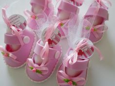 Zapatitos de foamy o goma eva para baby shower - Dale Detalles Baby Shower Pin, Baby Shower Gifts, Doll Shoe Patterns, Diy And Crafts, Paper Crafts, Fondant Tutorial, Baby Education, Schaum, Doll Shoes