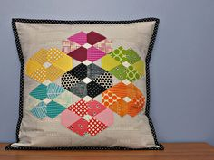 Bijou Lovely: such a pretty pillow. Lovely Tutorials, Jaybird Quilts, Applique Stitches, Quilted Gifts, Hand Quilting, Quilting Tips, Sewing Pillows, English Paper Piecing, Quilted Pillow