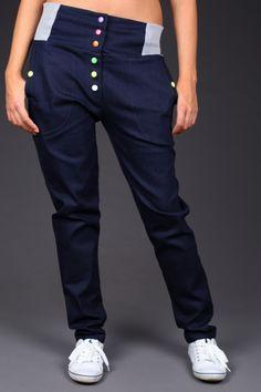 Bronx LTmavě modré riflové kalhoty s pružným nápletem na bocích. Střih: Bokový střih s velice oblíbeným pružným nápletem v pase. Mírně prodloužený sed. Detaily: Barevné patenty. Zadní kapsa - lištová, tzn. stejná jako přední, pouze umístěná vodorovně se svítivě zeleným patentem uprostřed. Materiál: Pružná tmavá riflovina - 92%bavlna, 8%lycra. Velikost: ...
