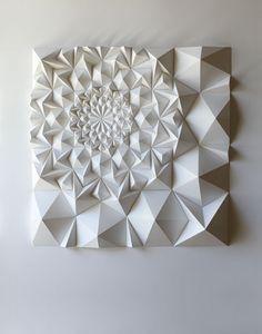 Matthew Shlian是一位纸张工程师,平日从事印刷媒材和书籍艺术方面的研究,而他的折纸艺术作品更是通过与技术的紧密结合,通过精确的数学计算让平面的白纸折叠出不可思议的丰富维度~