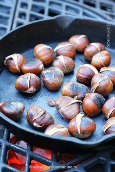 Rețeta rapidă de Castane coapte. Le poți prepara la grătar sau pe aragaz, într-o simplă tigaie. Durează maxim 20 de minute cu tot cu pregătire.