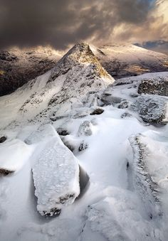 This view of Tryfan, Snowdonia in Wales makes winter look majestic and worthy of. - Photography, Landscape photography, Photography tips Cool Places To Visit, Places To Go, Bristol, Wales Uk, North Wales, Rando, Landscape Photography Tips, Winter Pictures, Winter Scenes