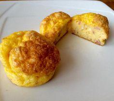 Aprenda a preparar mini-omelete de forno com queijo e presunto com esta excelente e fácil receita. Estas mini-omeletes de forno são perfeitas para um café da manhã d...