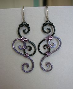 Wire Earrings -- Black and Pale Violet Swirl Wire Wrapped Filigree Earrings… Wire Wrapped Earrings, Wire Earrings, Wire Jewelry, Handmade Wire, Earrings Handmade, Handmade Jewelry, Bracelet Fil, Bracelets, Bijoux Fil Aluminium