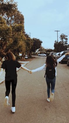 Let& run together, hand in hand. Let& run together, hand in hand. Let& run together, hand in hand. Best Friends Shoot, Best Friend Poses, Cute Friends, Best Friend Photography, Girl Photography Poses, Cute Friend Pictures, Friend Photos, Best Friends Aesthetic, Cute Lesbian Couples