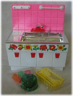 水が出ます。  レトロな花の絵がとてもかわいいです。  小さな女の子は、お母さんの台所仕事にあこがれたものです。  当時としては、高額なママシリーズ、泣く泣く諦めさせられた方も多いのでは?今回は、未使用、完動品が残っているのが少ないママ・ナガシです。